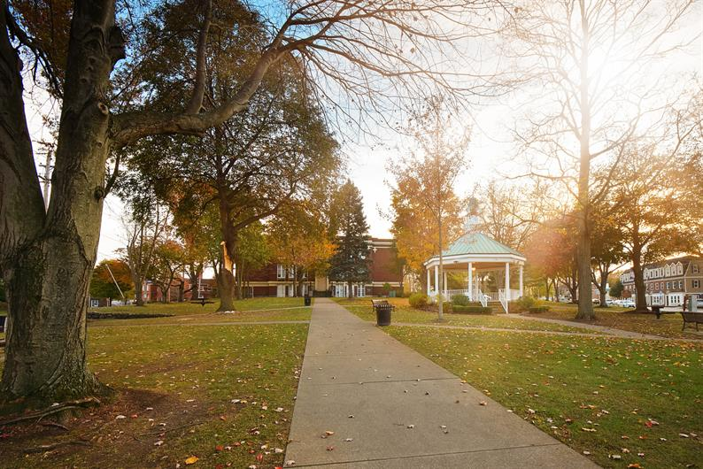 ENJOY SHOPS AND A STROLL THROUGH THE DOWNTOWN WILLOUGHBY HISTORIC DISTRIC