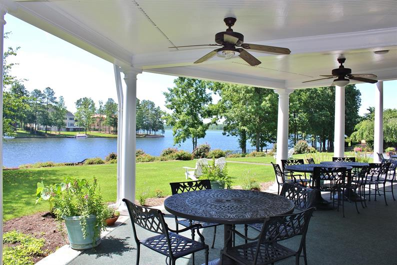 CASUAL AND FORMAL DINING OPTIONS IN THE COMMUNITY