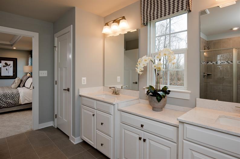 spacious en-suite bath