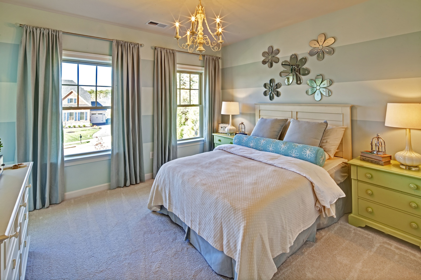 NVHomes' expertly designed floorplans offer bedrooms with beautifully crafted trim, ample natural light and high-end carpet.